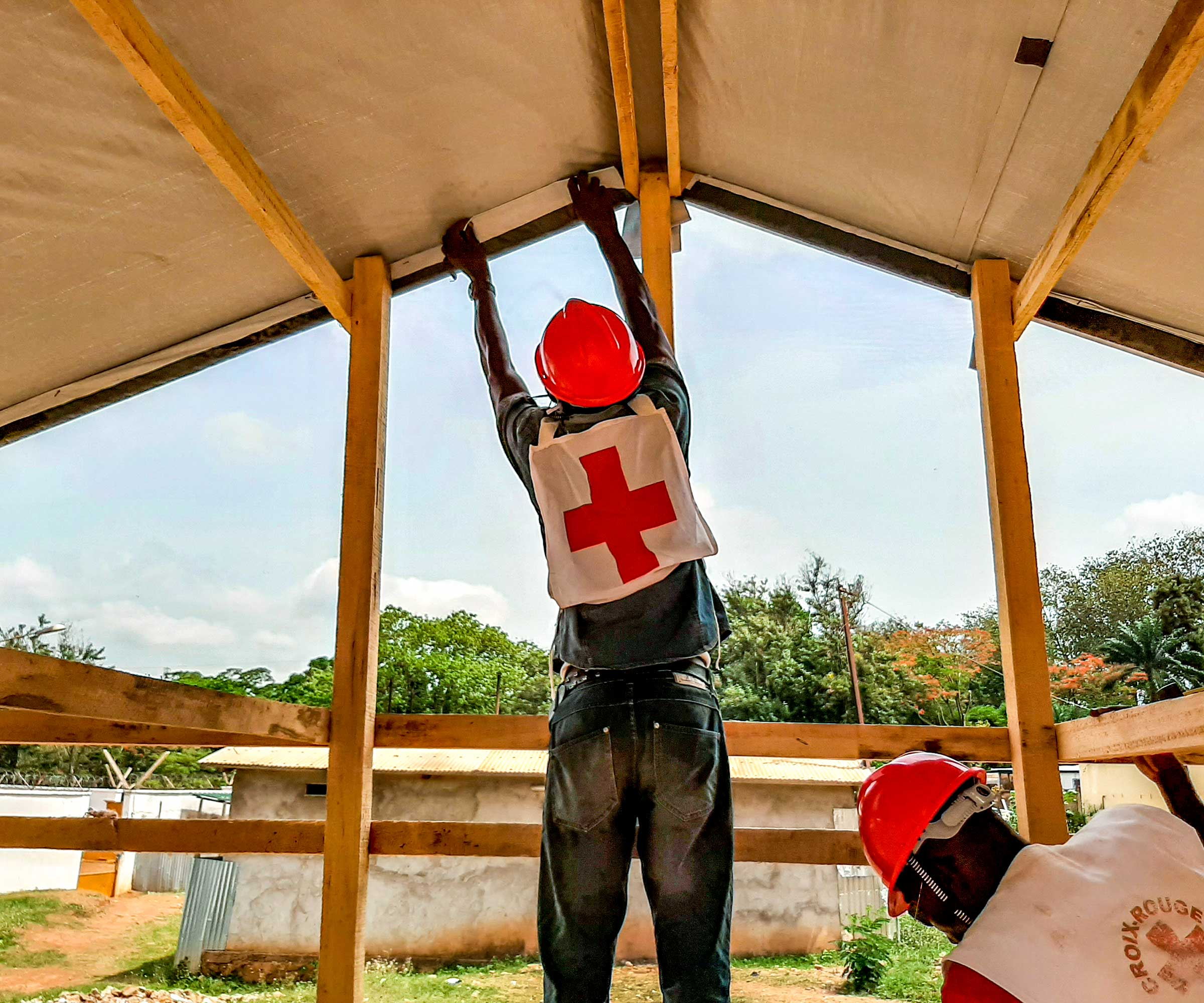 Central African Red Cross Society volunteers construct an isolation unit for people who have suspected cases of COVID-19. © IFRC